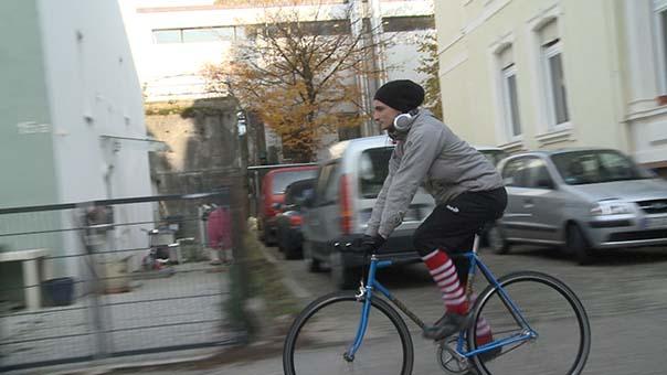 jakob wagner als fahrradkurier unterwegs.jpg